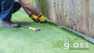 Чем крепится искусственная трава к земле?
